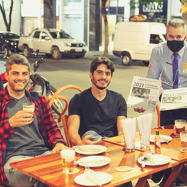 Roda de amigos no Redentor Bar